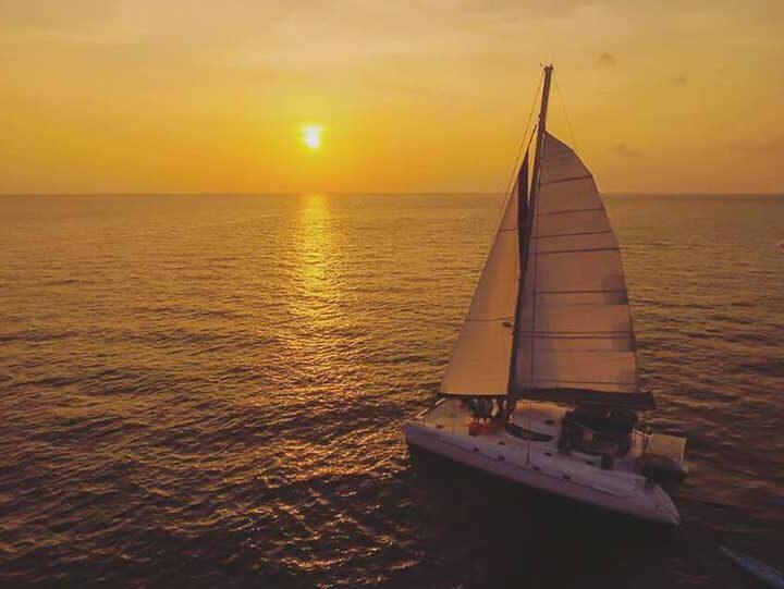 เรือใบคาตามารัน-ล่องเรือ-ชมพระอาทิตย์ตก